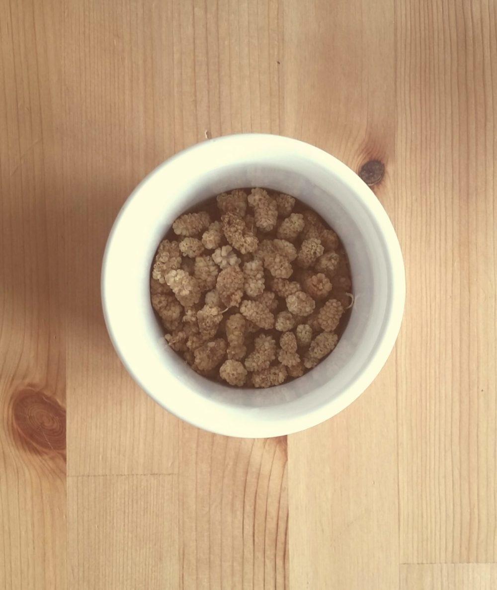 Maulbeeren kommen immer mal wieder auf meine Smoothie Bowl. So ganz kann ich mich mit ihnen nicht anfreunden.