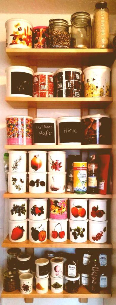 Das sind lauter Behälter voller Superfood in meiner Küche.