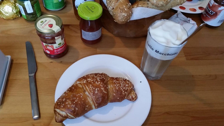 Das ist mein Frühstückstisch zu Hause. Lieber würde ich in einem Café frühstücken.