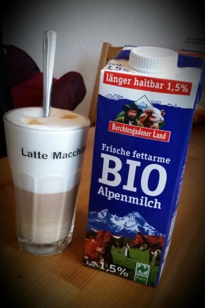Traumhafter Milchschaum: Frische Fettarme Bio Alpenmilch von Berchtesgadener Land.
