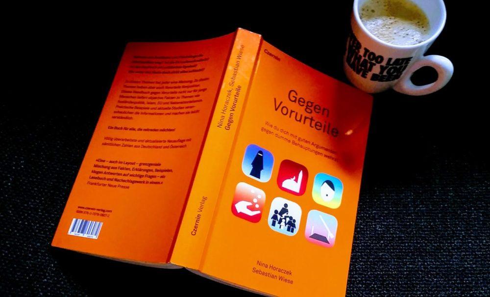 """In dem Buch """"Gegen Vorurteile"""" bekommt man viele Ideen, wie man Menschen mit Vorurteilen begegnen kann."""