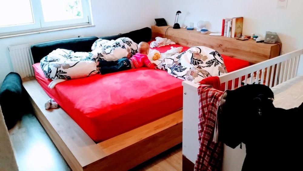 Wer nutzt das Kinderbett? Nur die Mama. Um Klamotten abzulegen.