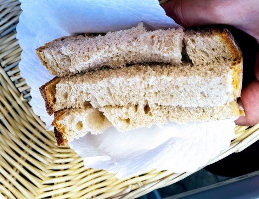 Im Restaurant übrig geblieben, aber es wäre doch zu schade, wenn man dieses Brot wegschmeißen würde.